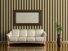 Kanapa i roślin w wazonie na tle ściany w paski