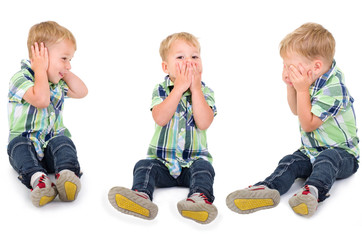 Kleiner Blonder Junge im Drei-Affen-Motiv