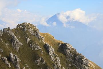 paesaggio dal monte Grona. Sullo sfondo il Legnone