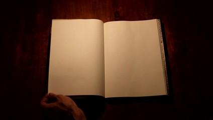 Pasar página de un libro en blanco