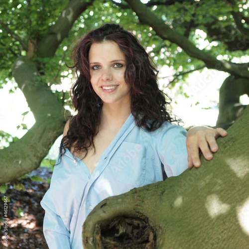 fröhliche junge Frau im Wald