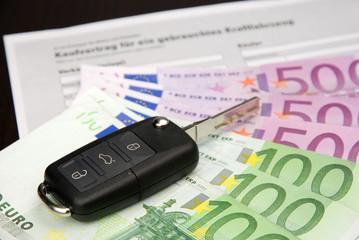 Autokaufvertrag mit Schlüssel und Geld
