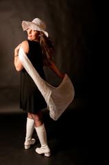 Frau mit weißen Stiefeln und Schulterblick