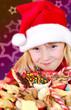 Mädchen mit Weihnachtsgebäck