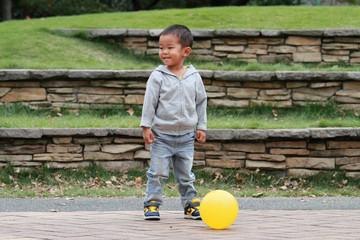 ボールを蹴る幼児