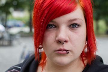 Junge rothaarige Frau mit traurigen Blick