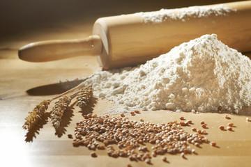 Weizenmehl mit Ähren und Körnern
