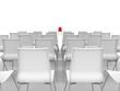 roter Stuhl mittig mit weißen Stühlen