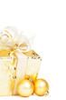 goldenes weihnachtsgeschenk mit goldenen christbaumkugeln