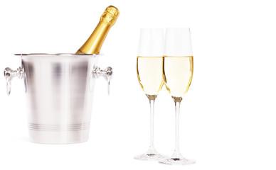 zwei gläser mit sekt vor sektkühler mit champagner