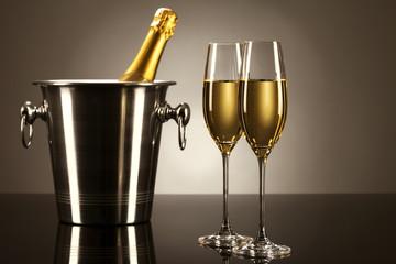 zwei gläser mit champagner mit einer flasche sekt