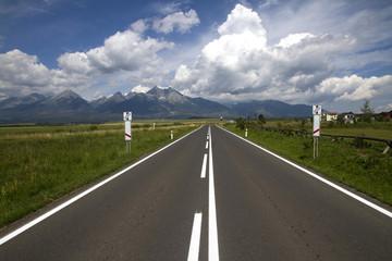 Straße nahe Poprad, im Hintergrund die Hohe Tatra (Slowakei)