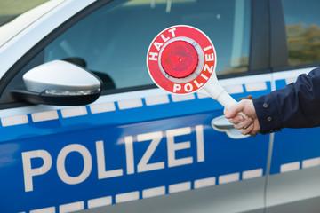 polizeikelle vor polizeiauto