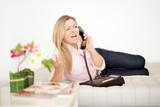 verärgerte Frau telefoniert