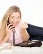 glückliche Frau telefoniert