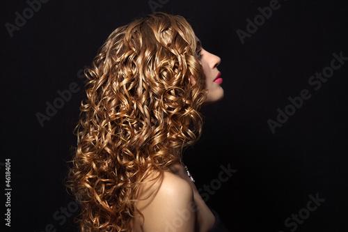 Aluminium Kapsalon Portrait of a beautiful girl with curly hair