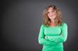 Junge Frau isoliert auf grauem Hintergrund