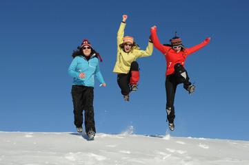 Teenager haben Spaß im Winter