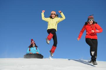 Teenager haben Spaß im Schnee