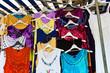 Kleider auf einem Markt