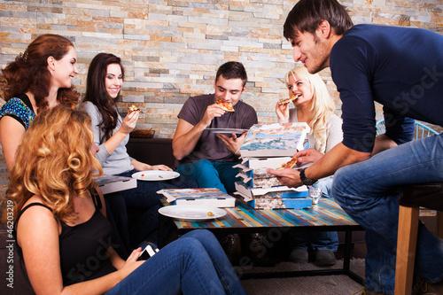 Freunde zusammen beim Pizza essen