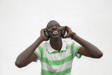 Escuchando la música.