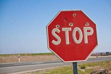 Stopschild mit Einschusslöchern