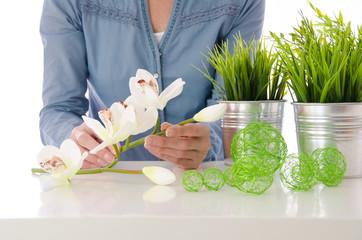 Frau bindet Blumen