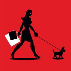Junge Frau beim Einkaufen mit kleinem Hund