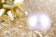 Silberweiße Weihnachtskugel auf Gold