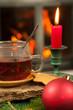 Weihnachtliches Gedeck vor Kamin