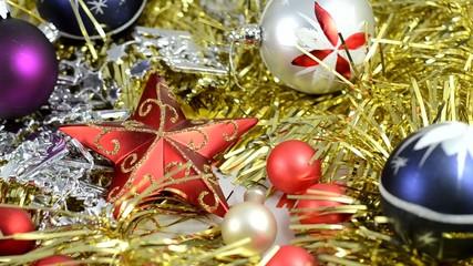 Kamerafahrt durch weihnachtlichen Schmuck