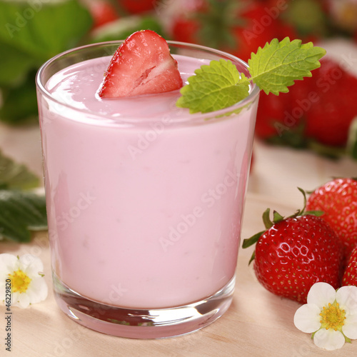 Joghurt mit frischen Erdbeeren