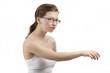 Junge Frau mit ausgestrecktem Arm greift nach etwas