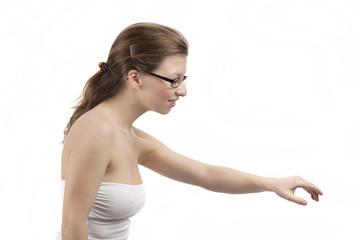 Junge Frau greift nach etwas