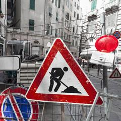 Chaotische Baustelle mit vielen Verkehrsschildern