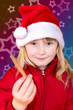 Mädchen mit Zimtstange und Weihnachtsmütze
