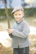 Junge spielt mit Schwert im Park