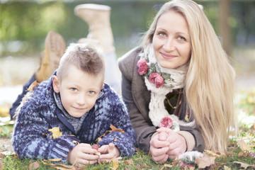 Mama mit Sohn im Park