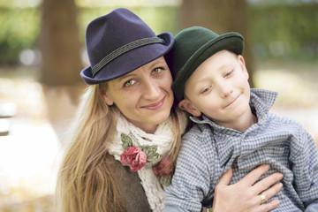 Liebevolle Mama mit ihrem Sohn