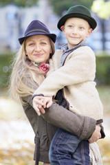 Mutter trägt ihren Sohn auf dem Arm
