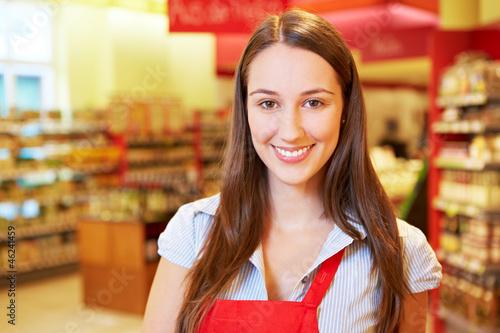 Lächelnde Verkäuferin im Supermarkt