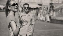 Czarno-białe zdjęcie pary