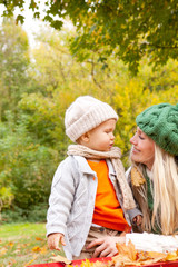 mama mit baby in der natur
