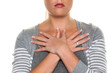 Frau hält Hände vor den Körper