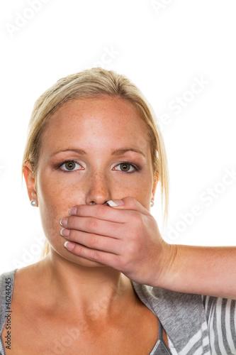 Frau hält sich Mund zu
