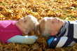 Junge und Mädchen im Herbst