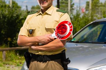 Polizist oder Polizei in Streife hält Auto an