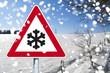 Rotes Schild mit Schneeflocke und Schnee