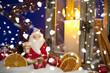 Weihnachtsdekoration mit Laterne und Schnee